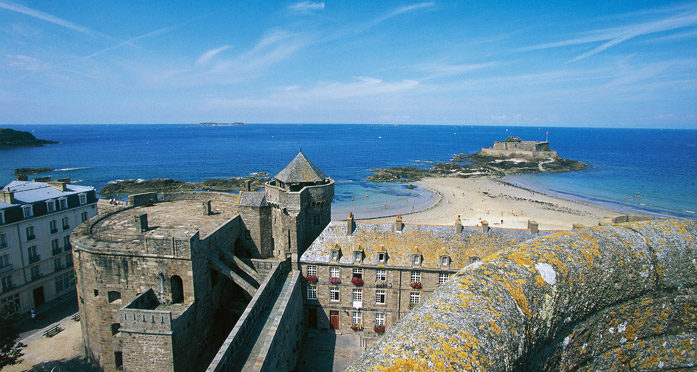 Quic-en-Grogne tower seen from the keep of Saint-Malo castle.
